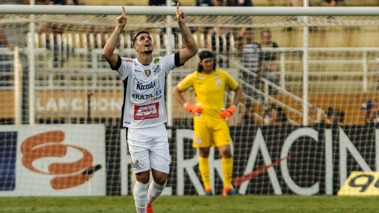 Matheus Peixoto, do Bragantino, comemora seu gol contra o Corinthians
