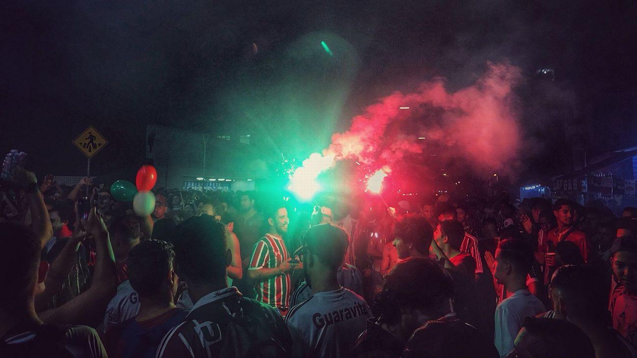 Torcida do Fluminense antes de jogo contra o Nacional-URU pela Copa Sul-Americana
