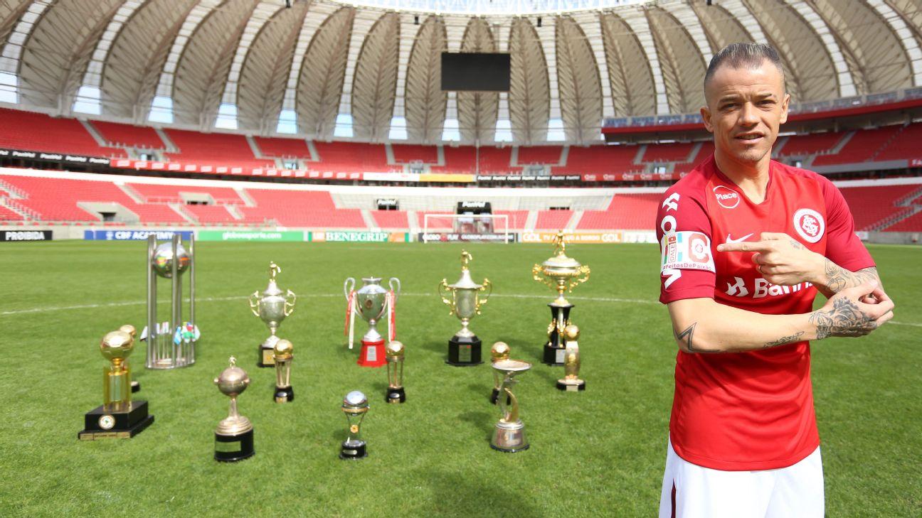 D'Alessandro posa com os troféus que ganhou pelo Internacional
