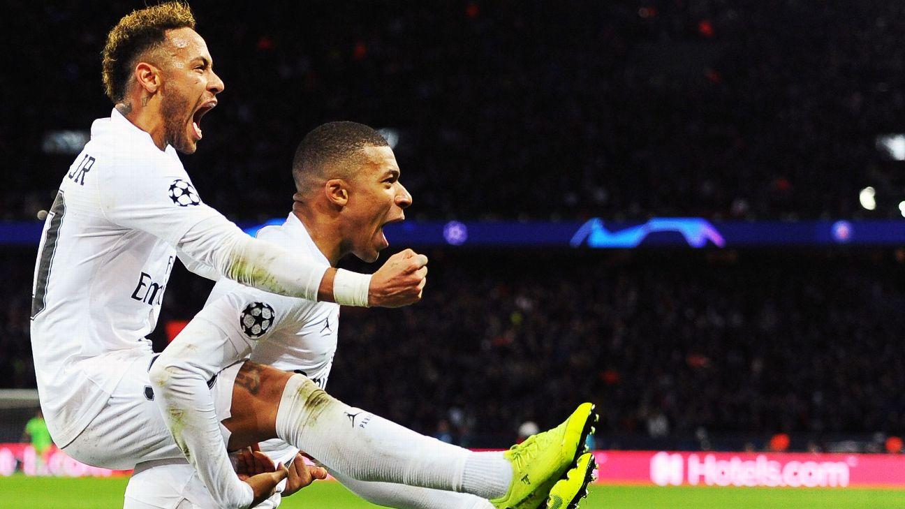 Mbappé e Neymar comemoram gol do PSG sobre o Liverpool, pela Champions