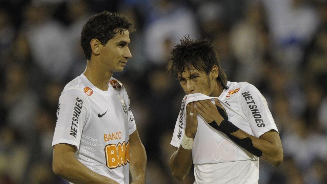 Neymar e Paulo Henrique Ganso em partida pela Copa Libertadores