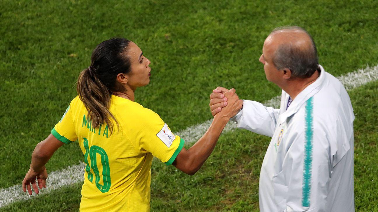 Marta cumprimenta Vadão após ser substituída na Copa do Mundo