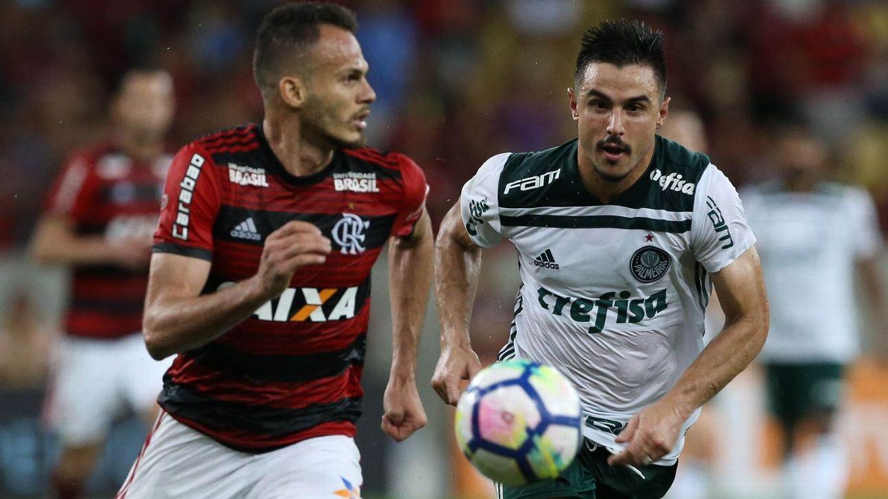 Renê, do Flamengo, e Willian, do Palmeiras, disputam jogada em 2018