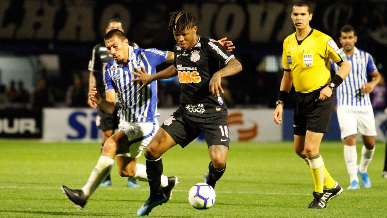 Matheus Jesus, do Corinthians, e Pedro Castro, do Avaí, em partida válida pelo Campeonato Brasileiro