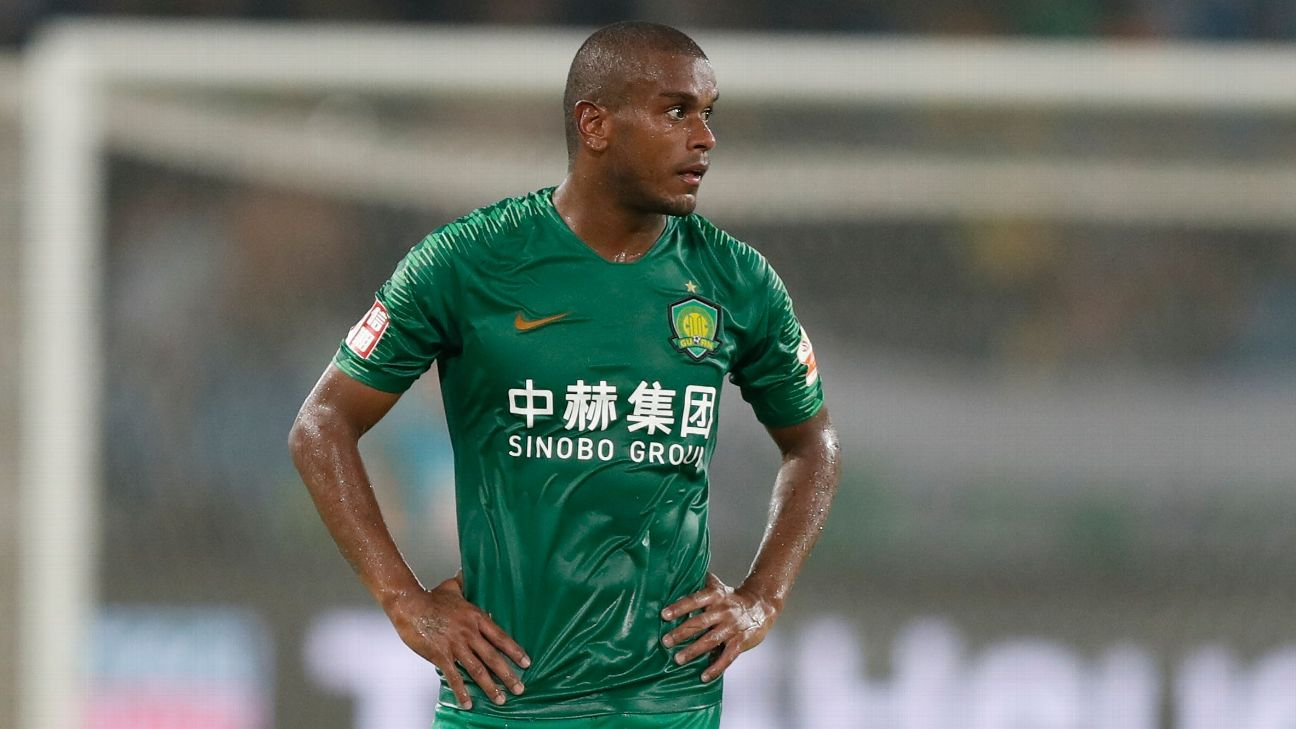 Fernando durante partida do Beijing Guoan pela Liga Chinesa