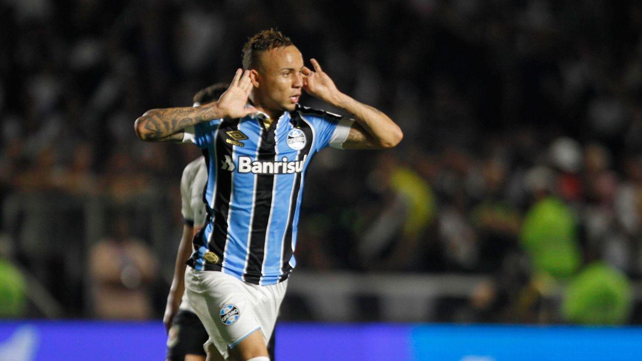 Everton Cebolinha comemora gol contra o Vasco, em São Januário