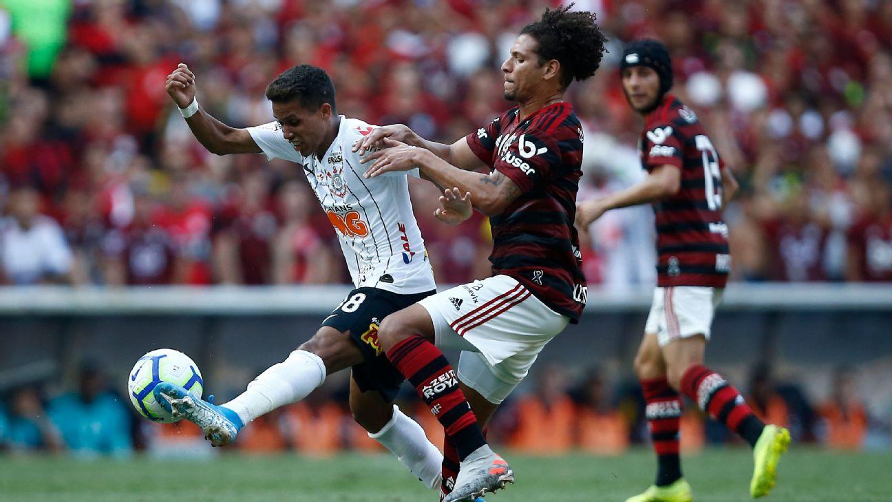 Pedrinho e Arão disputam bola durante Flamengo x Corinthians