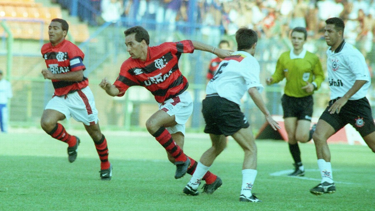 Romário e Edmundo em ação pelo Flamengo contra o Corinthians em 1995