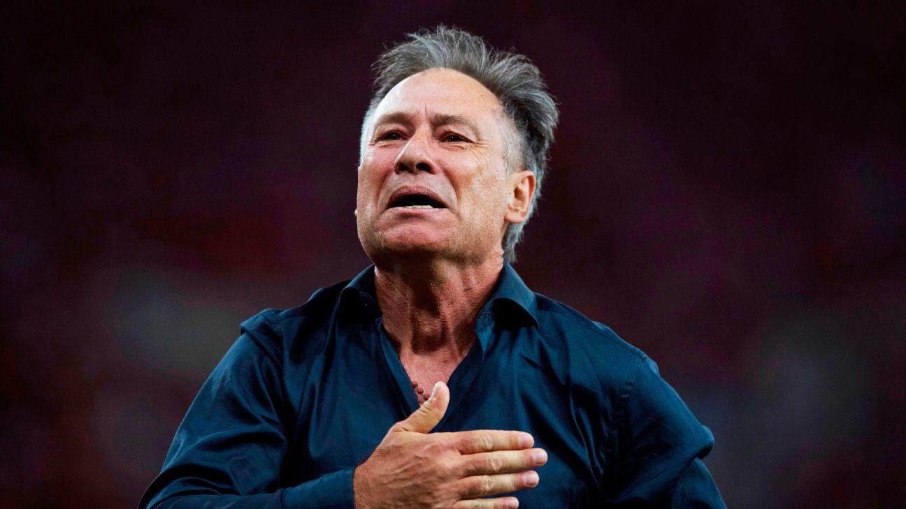 Ariel Holan comemora a conquista da Sul-Americana 2017 pelo Independiente
