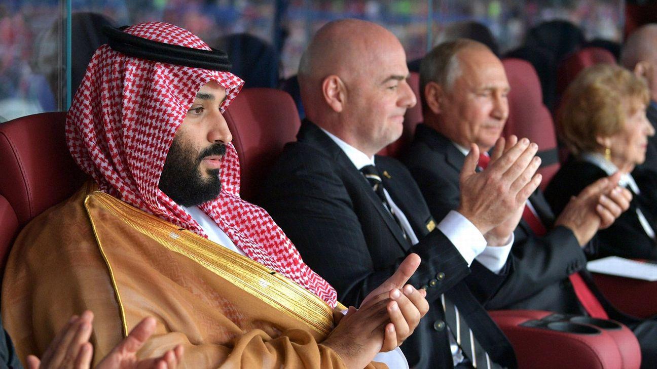 Mohamed bin Salman, príncipe saudita, ao lado do presidente da Fifa, Gianni Infantino, e Vladimir Putin, presidente da Rússia