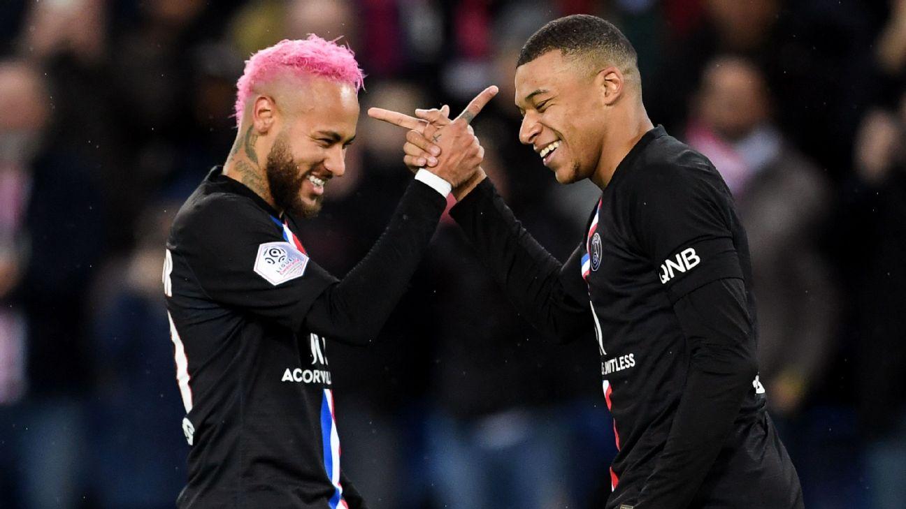 Neymar e Mbappé, do PSG, comemoram gol anotado contra o Montpellier