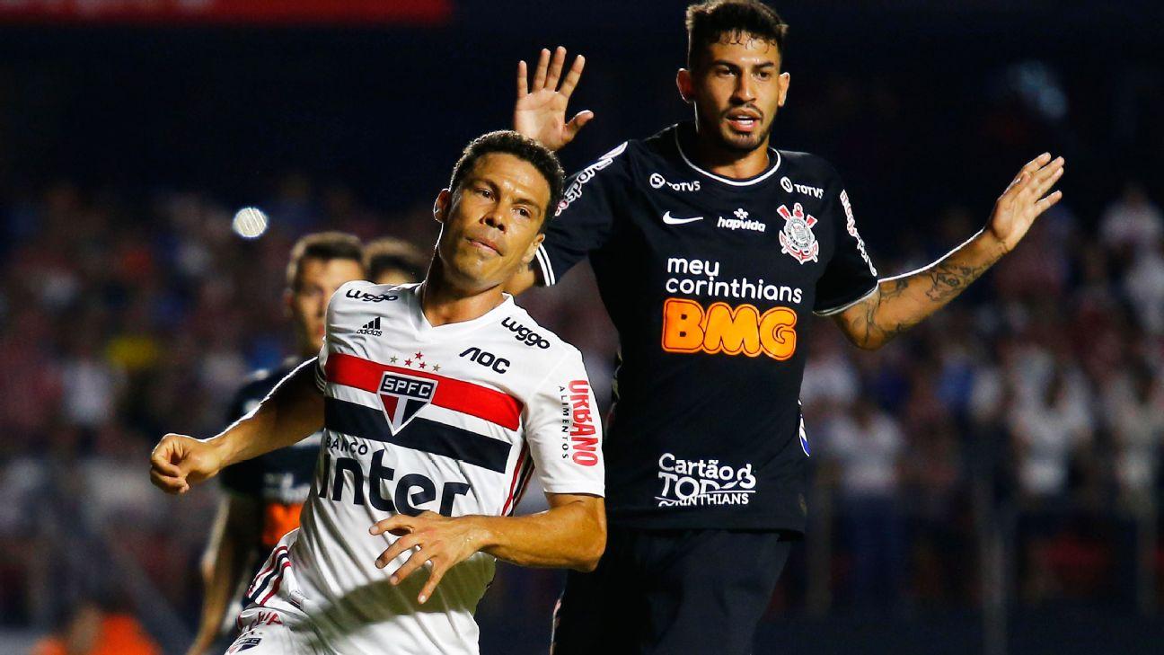 Hernanes, do São Paulo, e Pedro Henrique, do Corinthians, disputam jogada