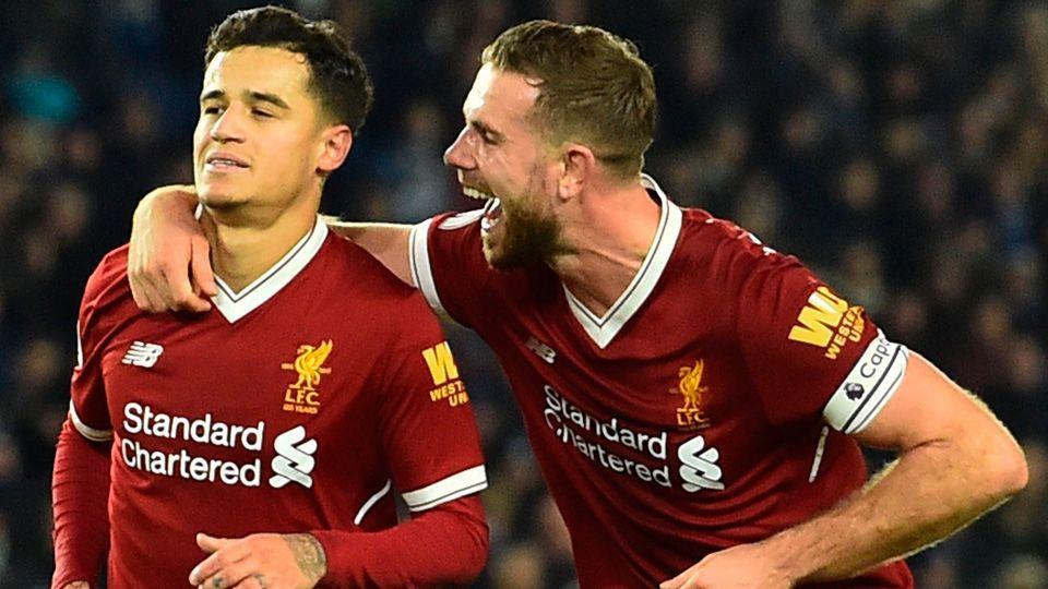 Philippe Coutinho e Jordan Henderson durante partida do Liverpool