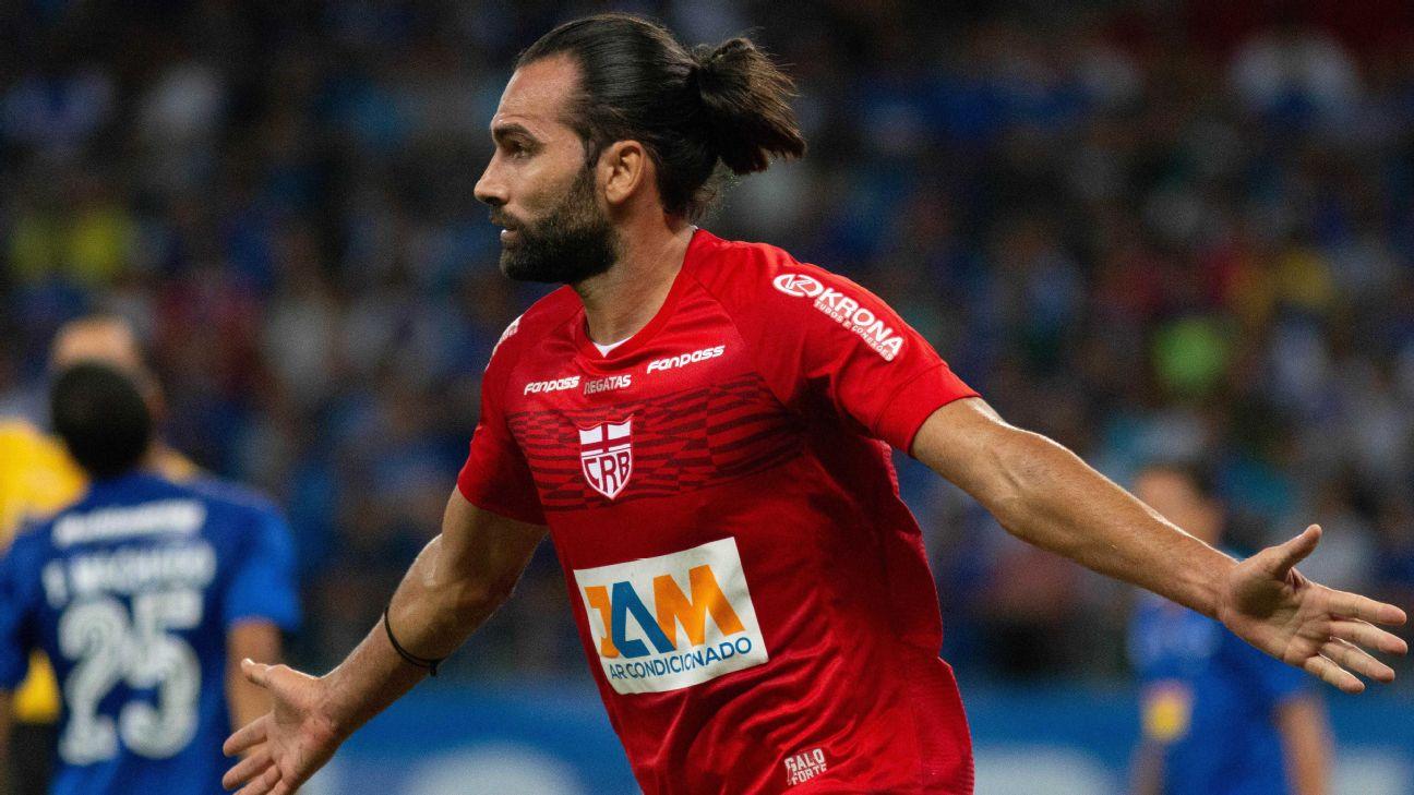 Léo Gamalho comemora gol pelo CRB