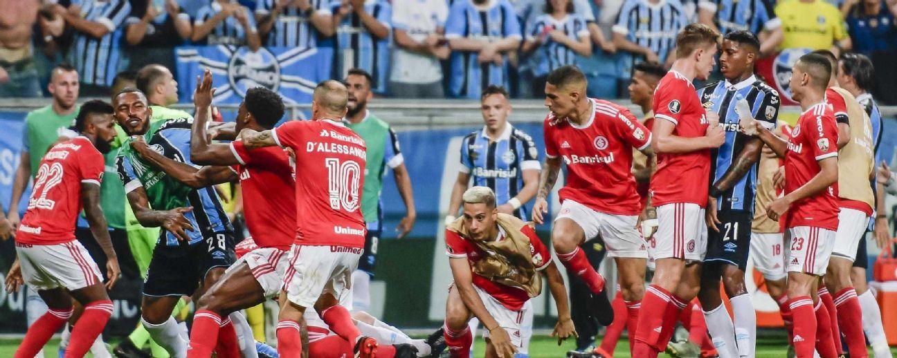 Jogadores de Grêmio e Internacional brigam durante jogo