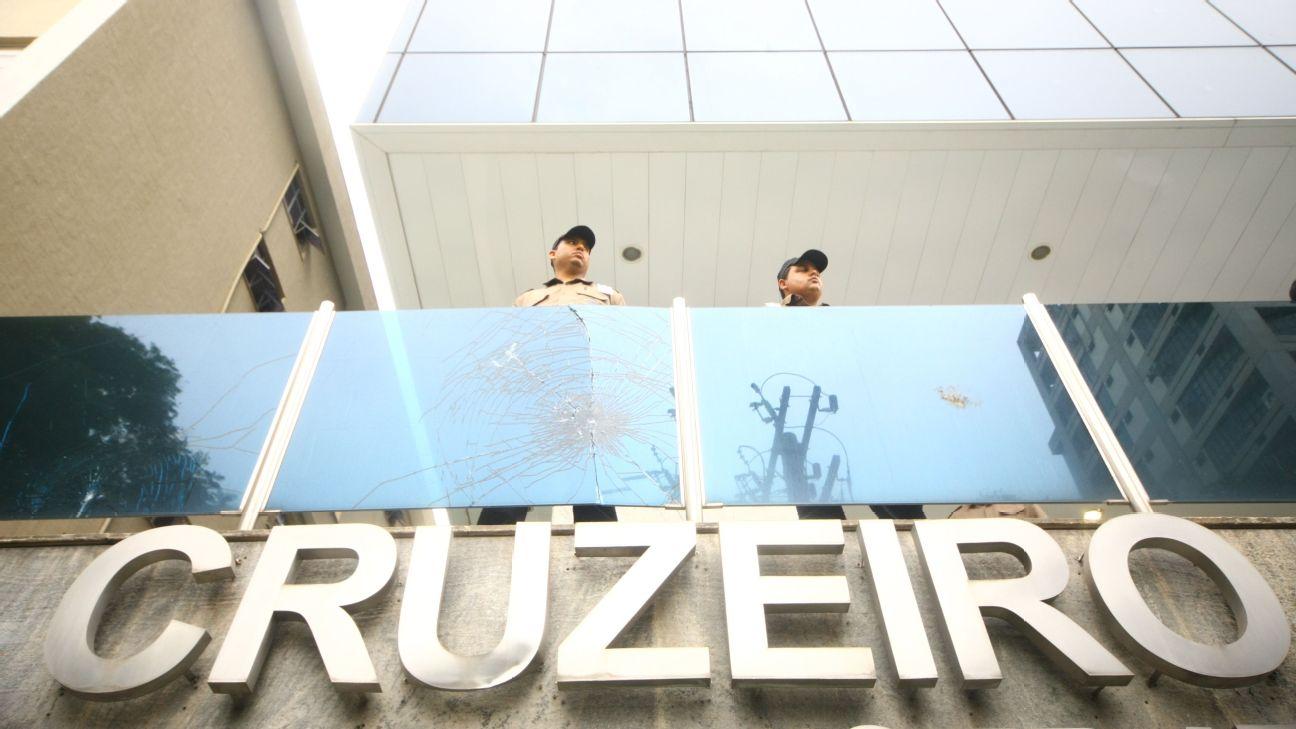 Sede do Cruzeiro com policiais na segurança