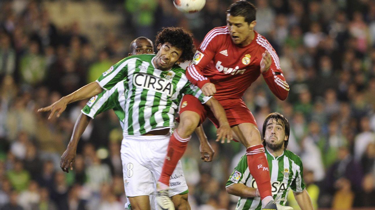 Iriney, do Betis, marca Cristiano Ronaldo, do Real Madrid, durante jogo em 2012