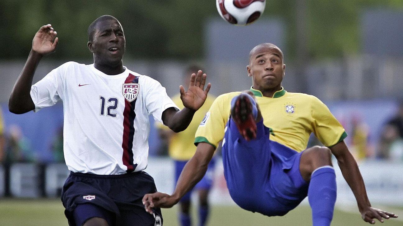 Luizão afasta bola de Altidore na Copa do Mundo sub-20 de 2007
