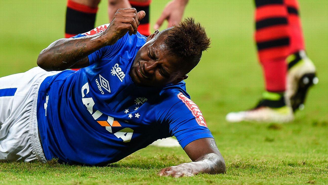 Riascos lamenta durante jogo entre Cruzeiro e Flamengo, em 2016