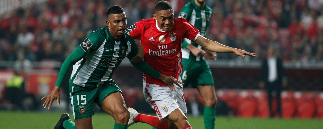 Aderllan (esq), do Rio Ave, marca Carlos Vinícius, do Benfica, durante jogo em 2019