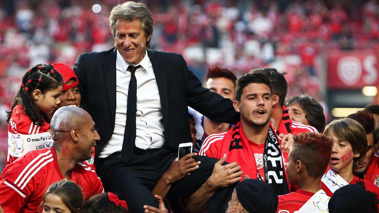 Jorge Jesus e jogadores do Benfica comemoram conquista do Português, em 2015