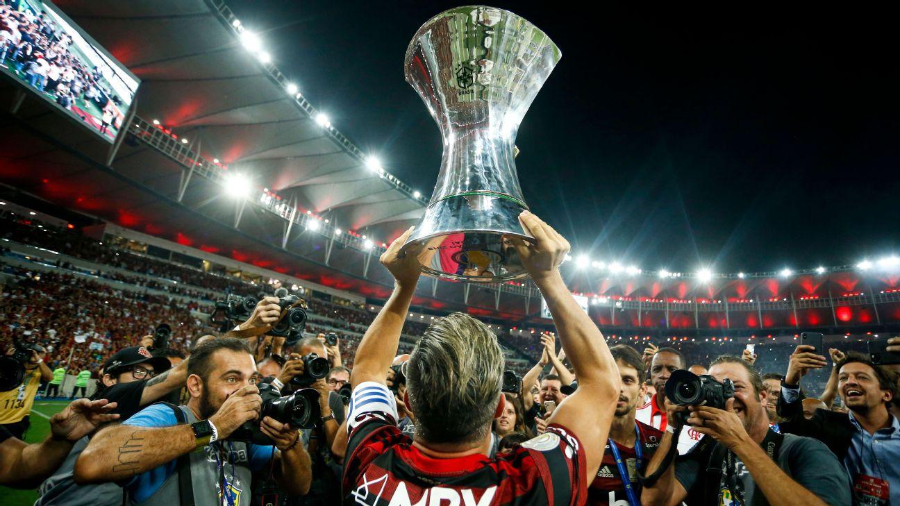 Diego levanta o troféu do Campeonato Brasileiro conquistado pelo Flamengo