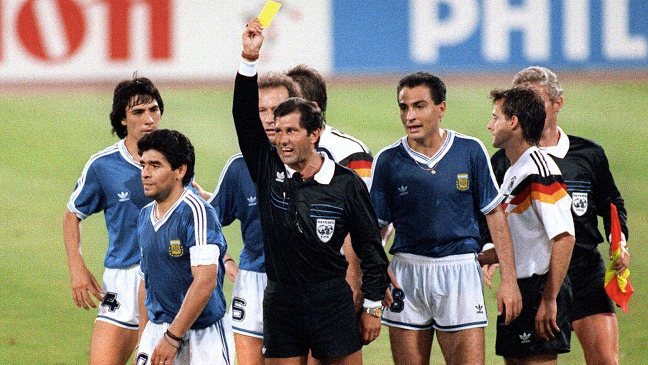Edgardo Codesal mostra cartão amarelo a Maradona na final da Copa do Mundo de 1990