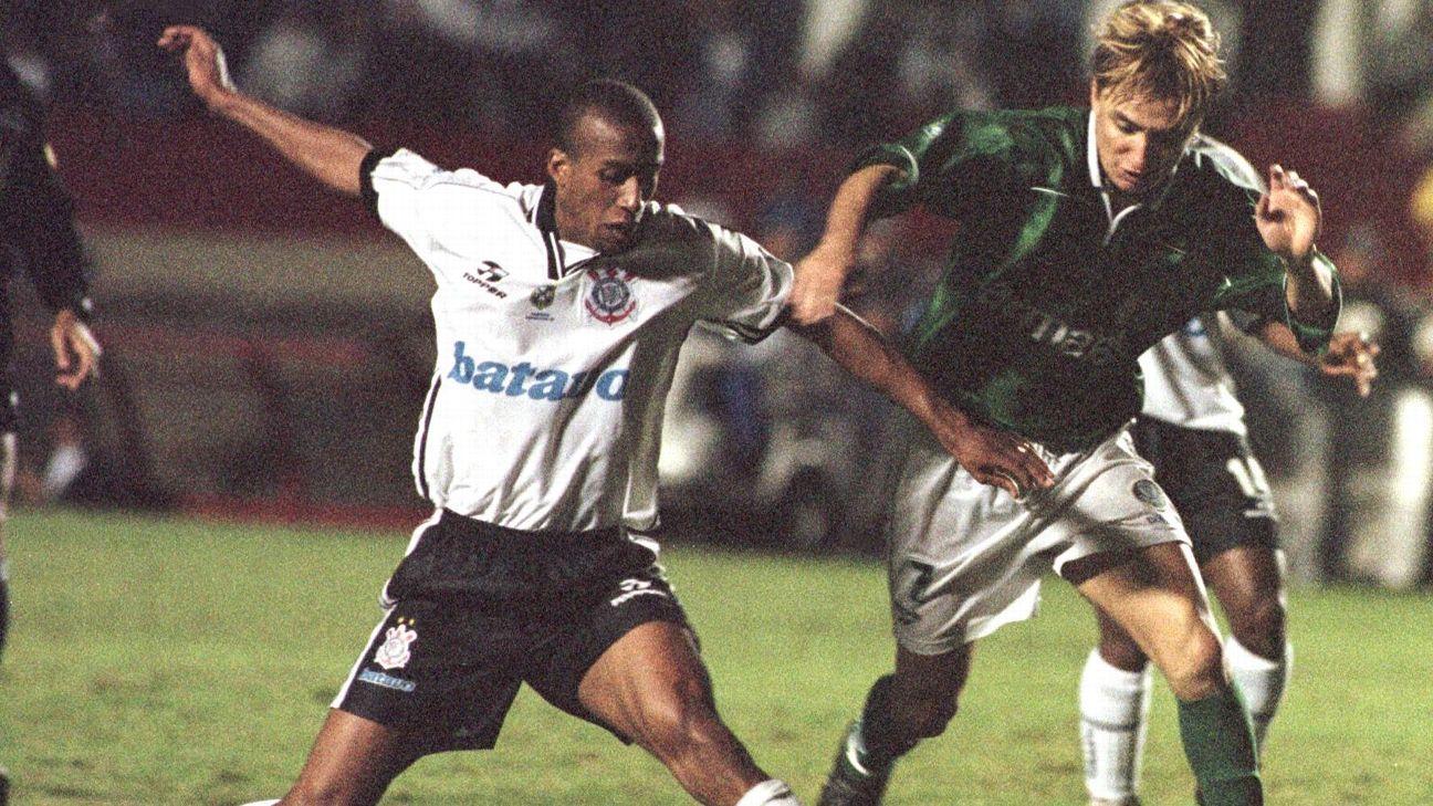 Paulo Nunes disputa jogada durante partida entre Palmeiras e Corinthians, em 1999