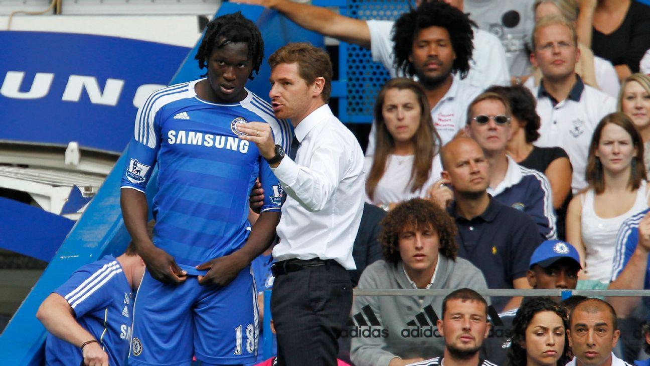 Romelu Lukaku conversa com André Villas-Boas durante partida do Chelsea em 2011