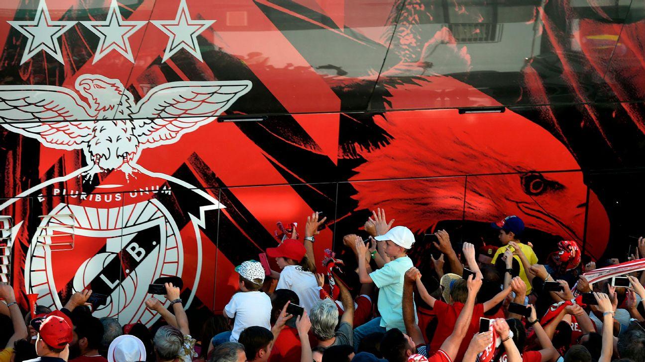 Torcedores do Benfica recebem ônibus da equipe, em 12 de maio de 2019