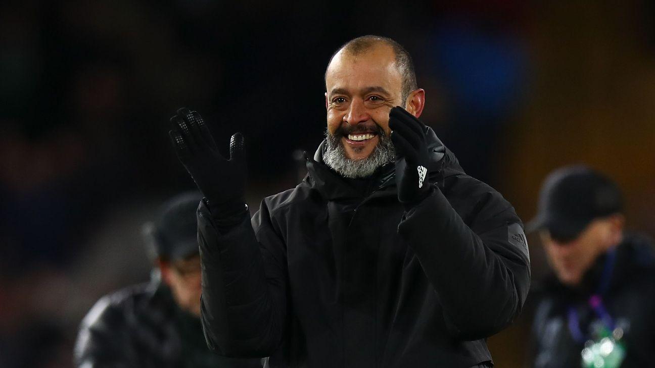 Nuno Espírito Santo comemorando vitória do Wolverhampton na Premier League