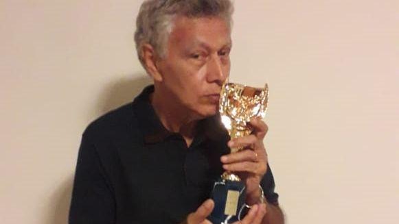 Clodoaldo, titular na campanha do tri mundial, com a réplica da taça Jules Rimet