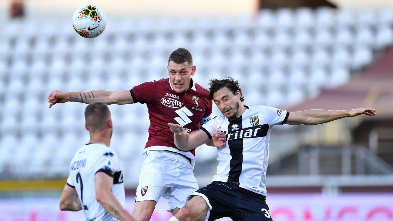 Belotti e Darmian disputam bola aérea em Torino x Parma