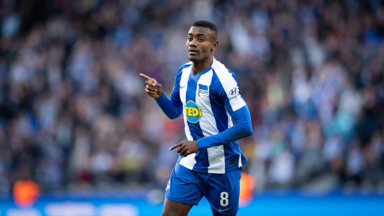 Salomon Kalou, do Hertha Berlin, celebra gol anotado na Bundesliga