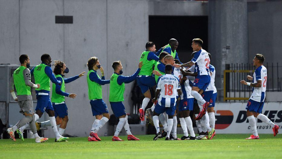 Jogadores do Porto comemoram gol de Mbemba contra o Paços de Ferreira