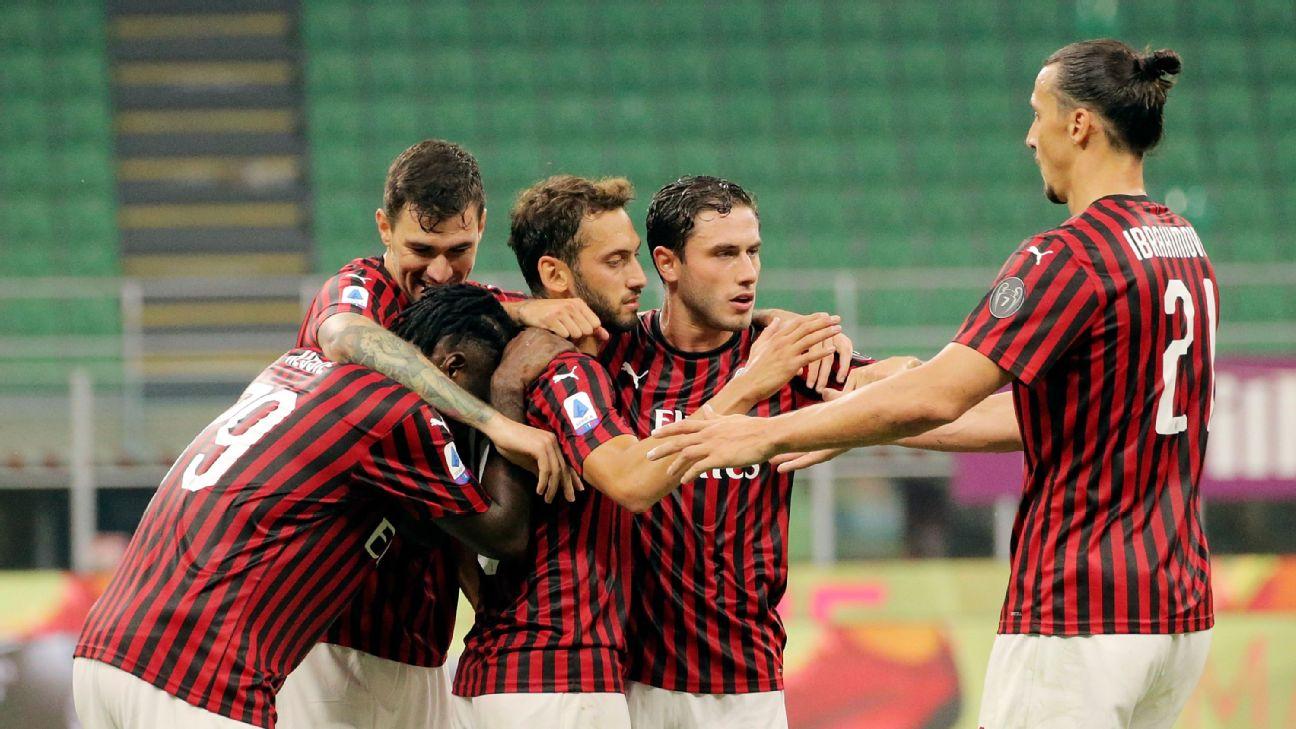 Calhanoglu é abraçado por companheiros após marcar diante do Parma