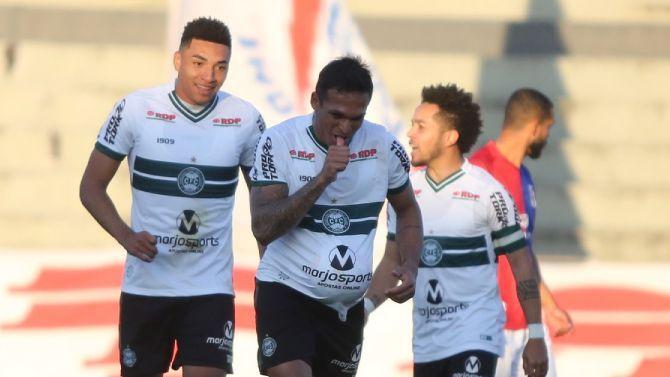 Robson comemora gol pelo Coritiba diante do Paraná