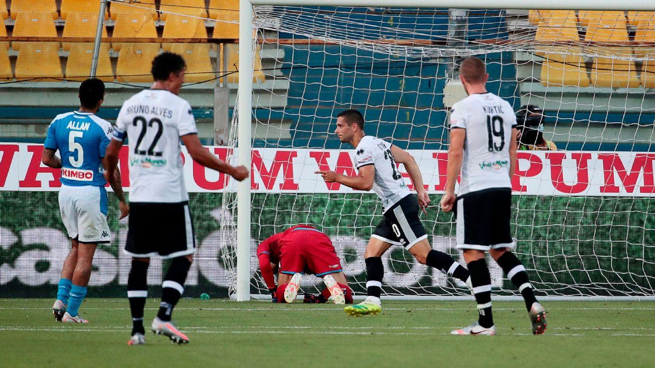 Caprari comemora após marcar para o Parma sobre o Napoli