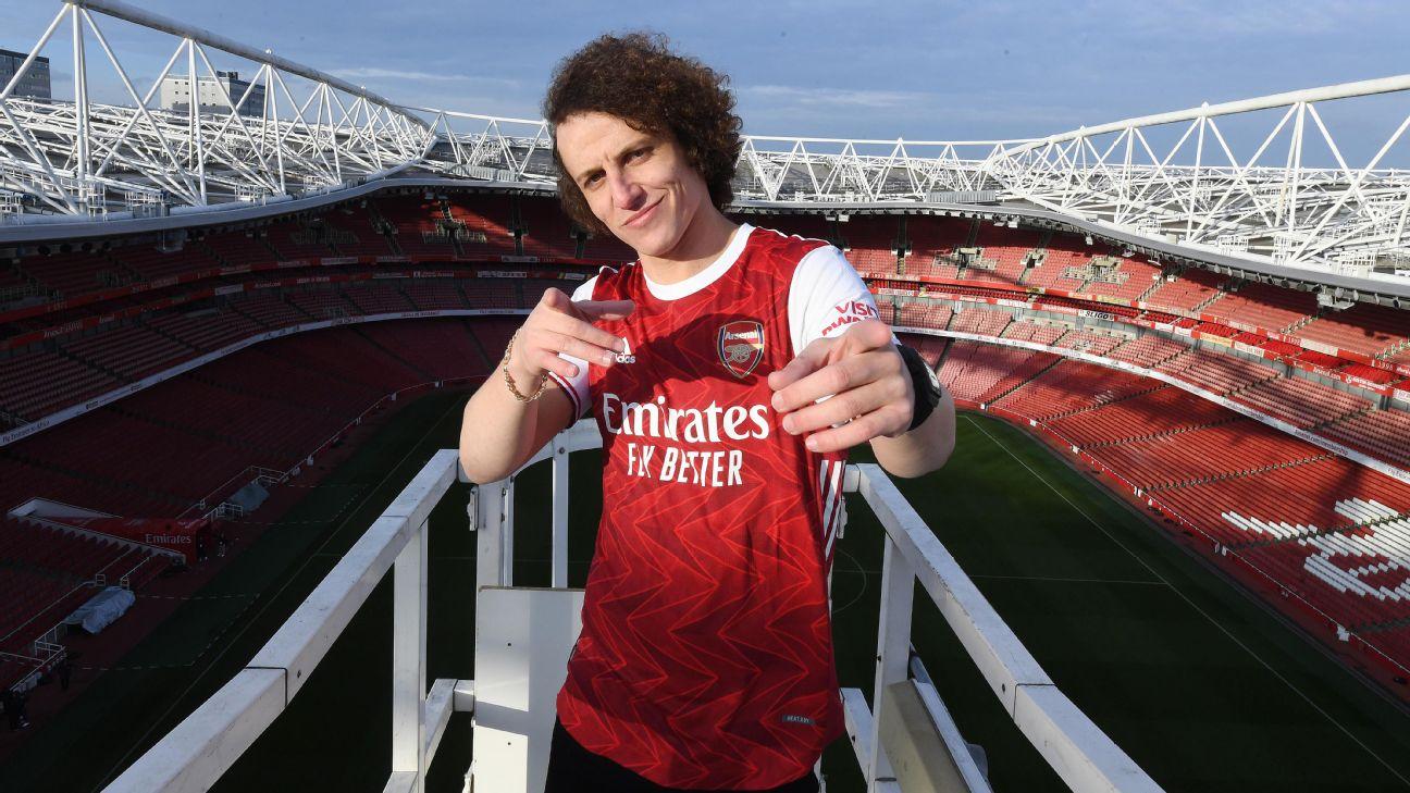 David Luiz posa para o lançamento da nova camisa 1 do Arsenal