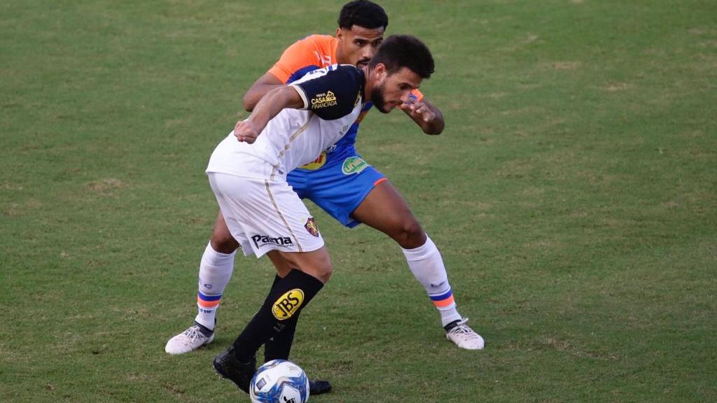 Jogadores disputam bola na partida entre Fortaleza x Sport
