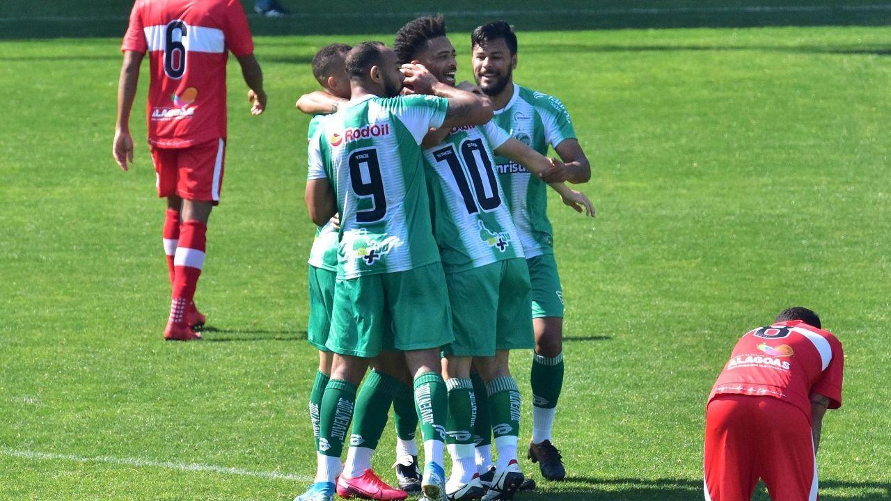 Jogadores do Juventude comemoram gol contra o CRB pela Série B