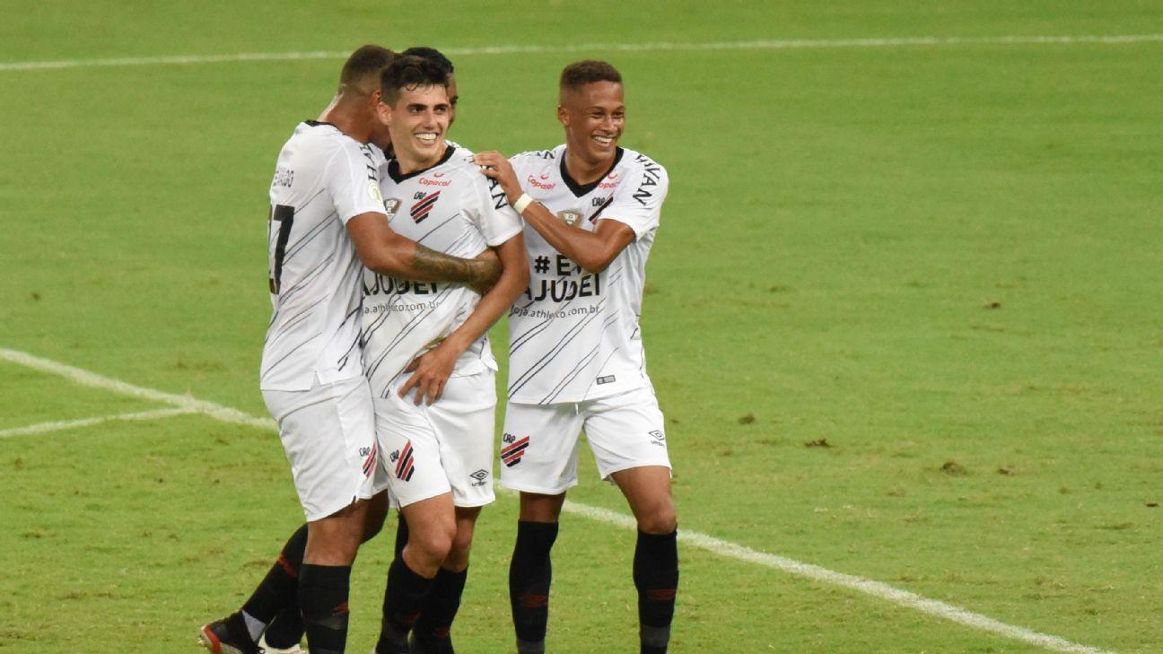 Jogadores do Athletico-PR comemoram gol contra o Fortaleza