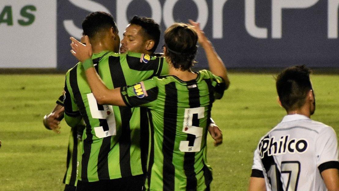 Jogadores do América-MG comemoram gol contra a Ponte Preta