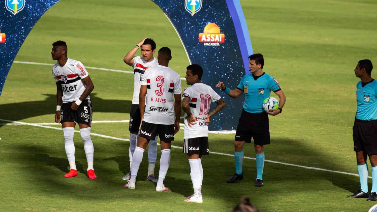 Jogadores do São Paulo na partida adiada do Brasileiro contra o Goiás