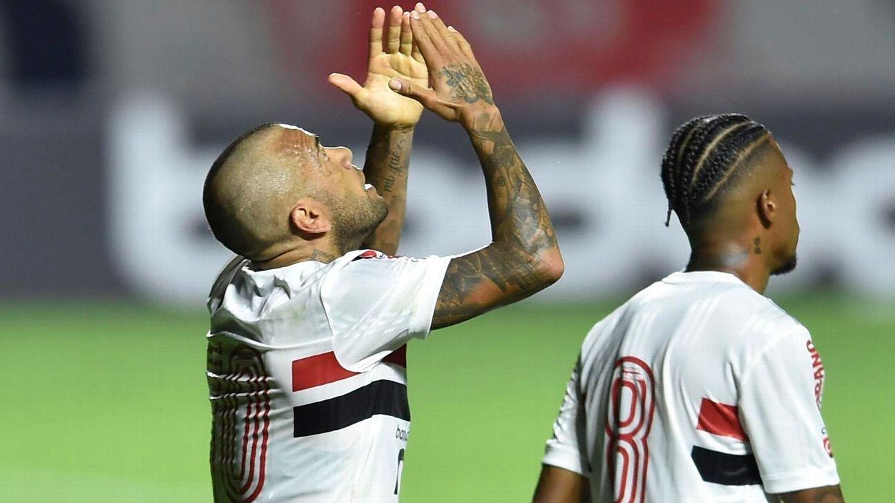 Daniel Alves comemora após marcar para o São Paulo sobre o Fortaleza