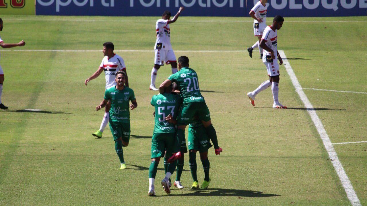 Jogadores do Guarani comemoram gol contra o Botafogo-SP