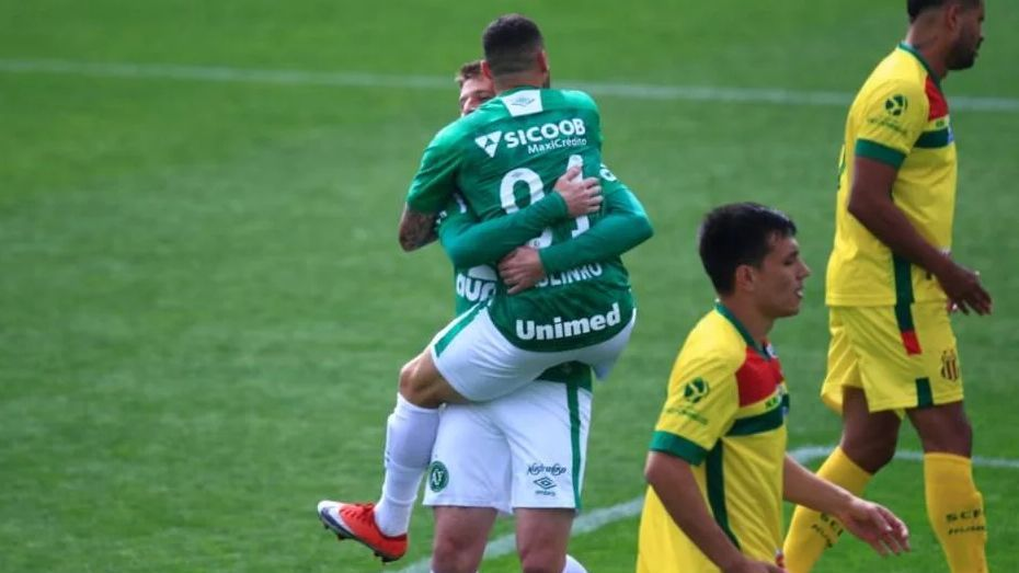 Paulinho Moccelin e Aylon comemoram gol da Chapecoense