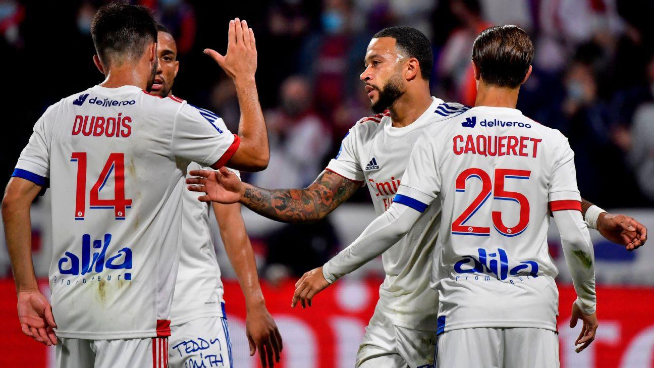 Depay é cumprimentado após marcar para o Lyon sobre o Dijon