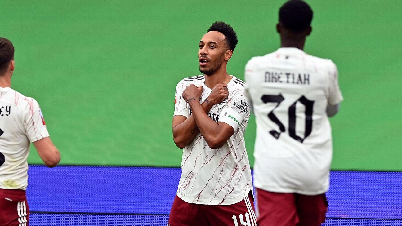 """Aubameyang celebra gol pelo Arsenal sobre o Liverpool com gesto do """"Pantera Negra"""""""