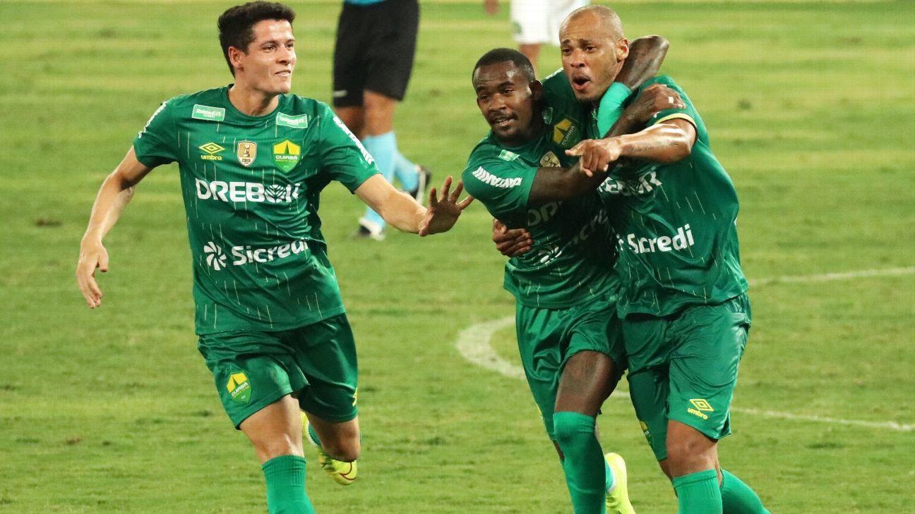 Jogadores do Cuiabá comemoram gol